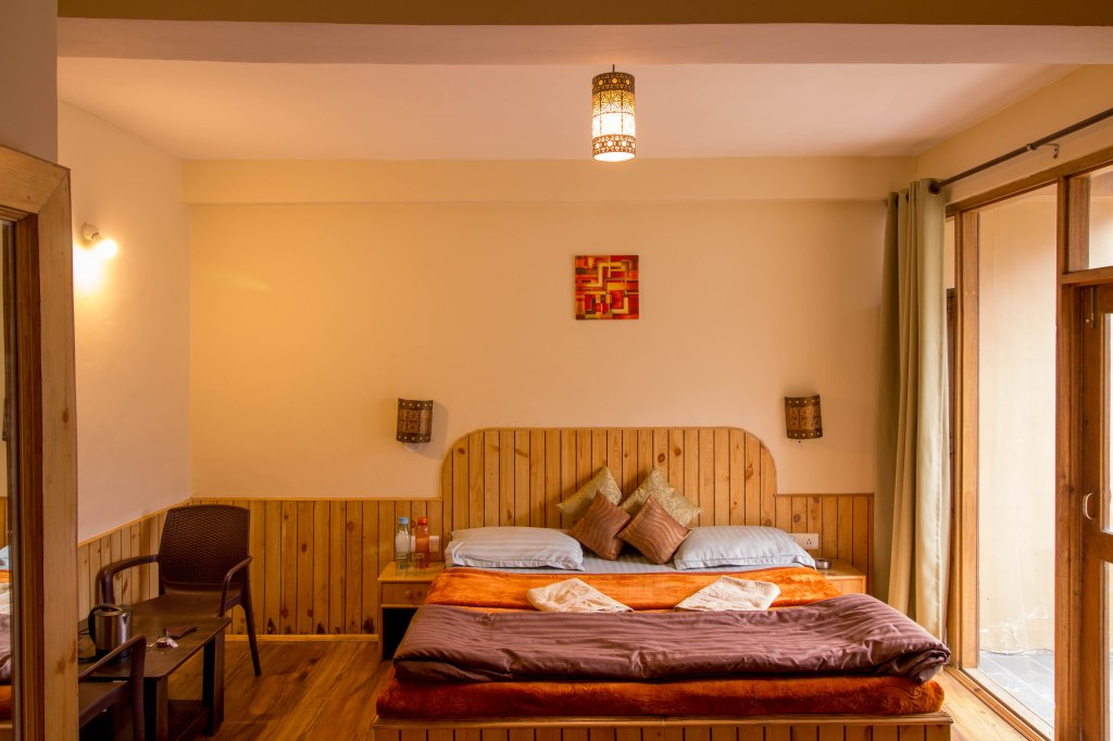 Vibrant, cosy rooms and the wooden furnishing keep you warm